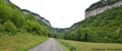 En se dirigeant au fond de la reculée de Baume-les-Messieurs (Jura)