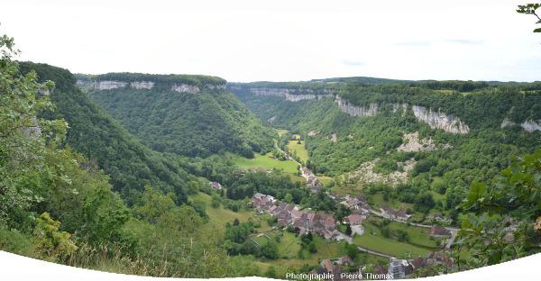Le village de Baume-les –Messieurs et la reculée du même nom au centre de l'image