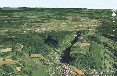 Le système de reculées de Baume-les-Messieurs, avec au centre droit la reculée portant le nom du village