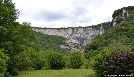 Le cirque au fond duquel se trouve la Grande Source de la Cuisance (Jura)