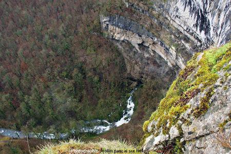 Vue hivernale sur le cirque et sur la Grande Source de la Cuisance depuis un belvédère situé au sommet des calcaires du Jurassique