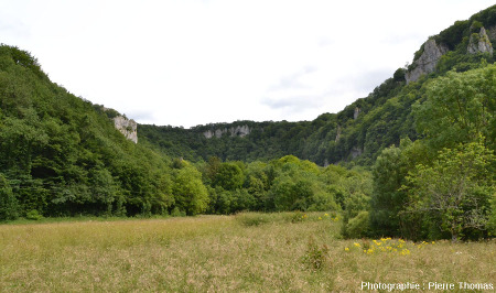 En se dirigeant au fond de la reculée des Planches (Jura)