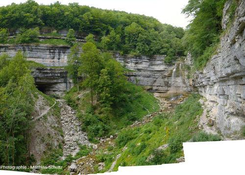 Le cirque formé de falaises kimméridgiennes fermant la quasi-reculée du Hérisson au niveau de la cascade du Grand Saut (Jura)