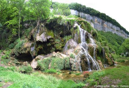 La «cascade des tufs» de la reculée de Baume-les-Messieurs (Jura) vue sur son côté Sud