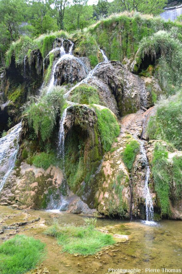 Vue rapprochée sur le côté Sud-Est de la cascade de Baume-les-Messieurs