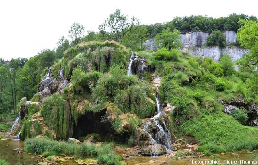 Vue d'ensemble côté Sud-Est de la cascade de Baume-les-Messieurs