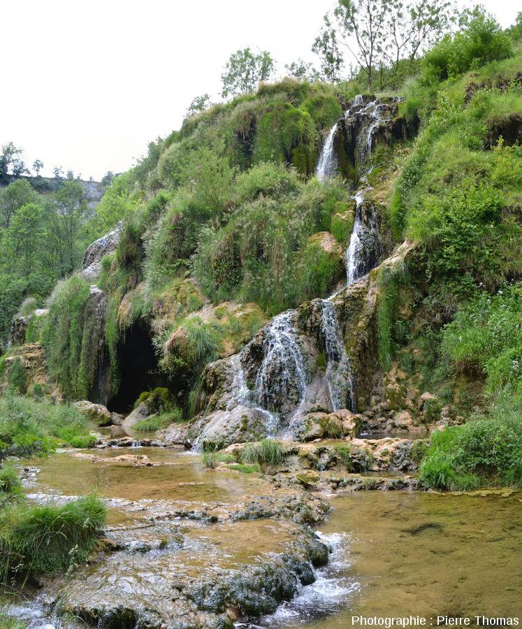 Après la cascade, le Dard reprend un cours classique, avec gours et barrages de travertin