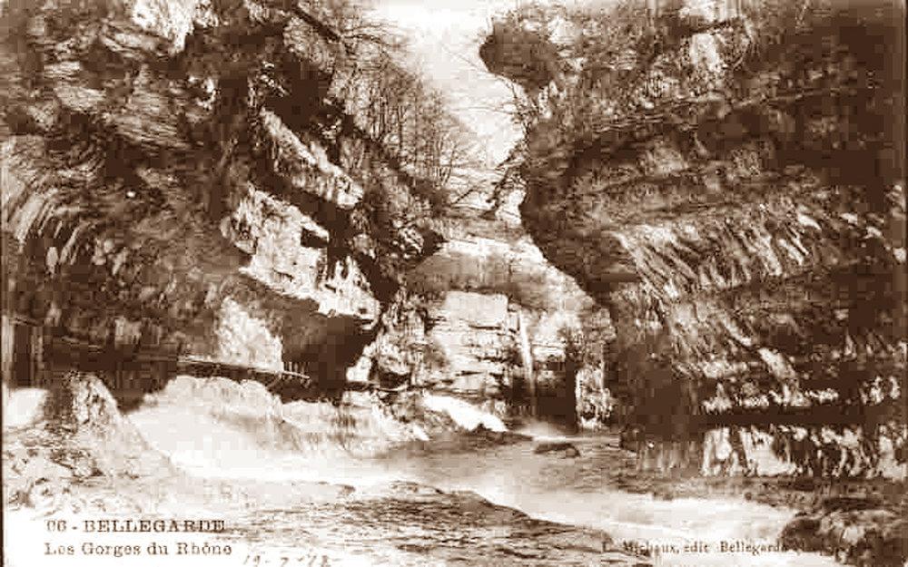 Ancienne carte postale (postée en 1912) montrant le fond des pertes du Rhône en 1912