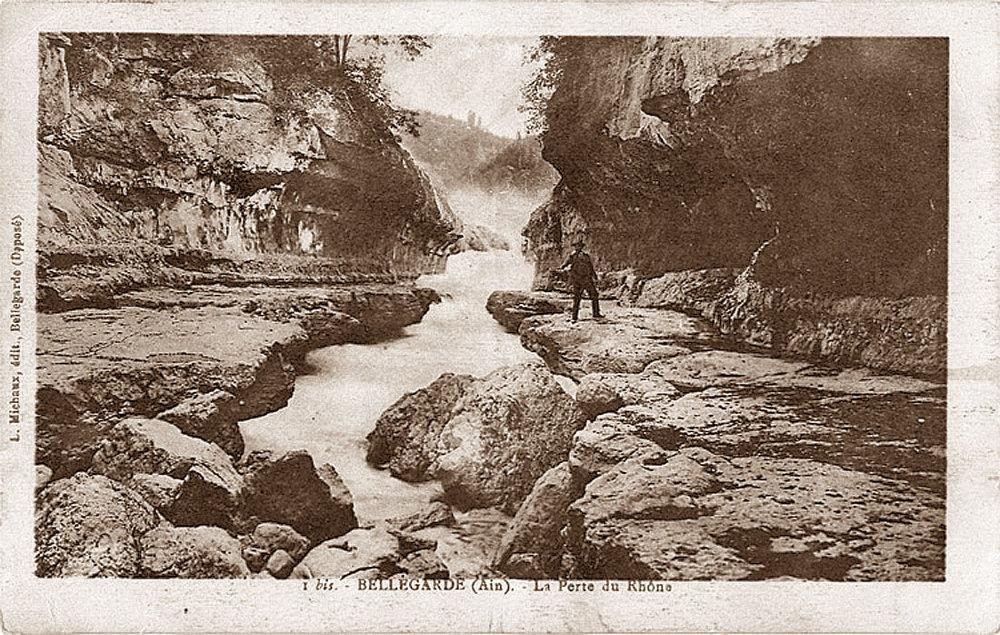 Carte postale montrant le fond de la perte du Rhône, avec l'eau ne coulant que dans la gorge de 2ème ordre