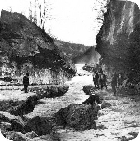 Photographie montrant le fond de la perte du Rhône, avec l'eau ne coulant que dans la gorge de 2ème ordre