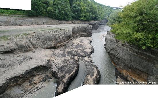 Les gorges de la Valserine quelques dizaines de mètres avant son confluent avec le Rhône que l'on voit au fond