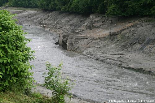 Les ruines du pont de Lucey photographiées pendant la vidange (partielle) de 2012
