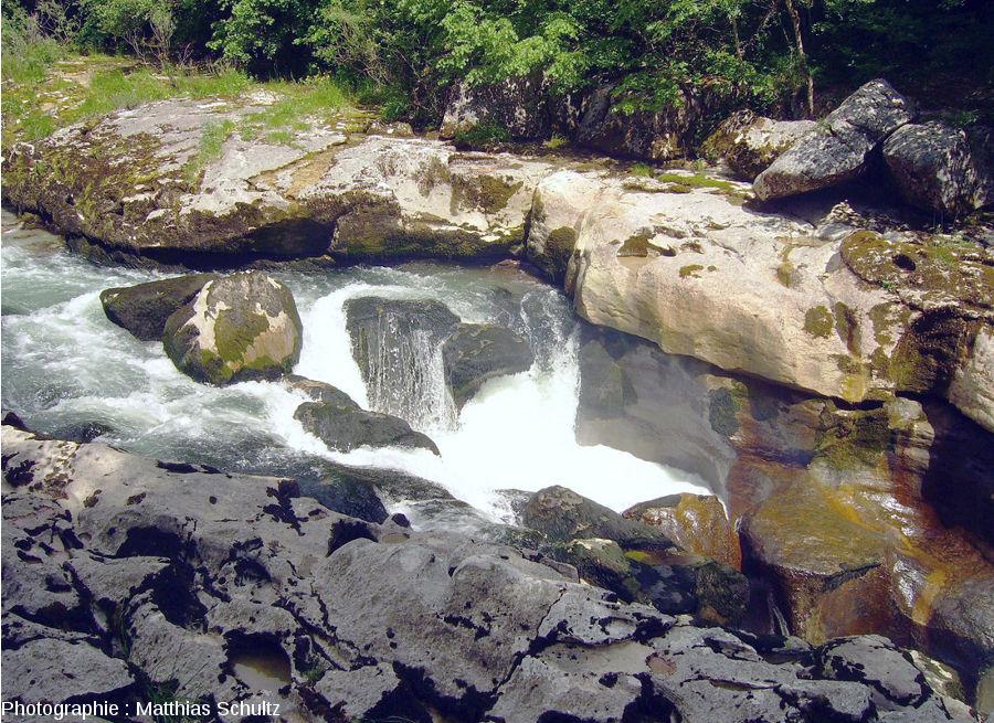 """Gros plan sur la cascade séparant le cours """"normal"""" de la Valserine (à gauche) de son cours encaissé (à droite)"""