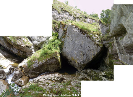 Zoom sur la partie aval des éboulis barrant la gorge des pertes de l'Ain, qui coule sous les blocs