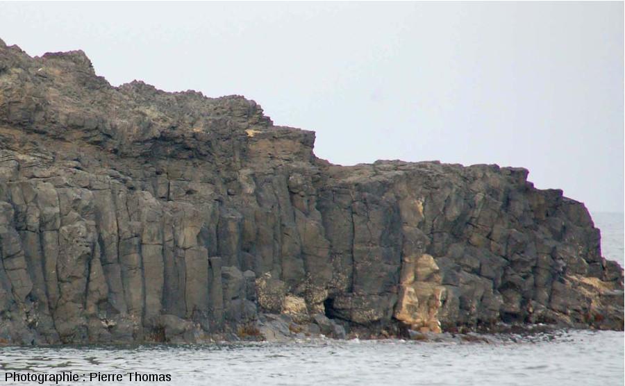 Coulée inférieure faite de prismes basaltiques sur la face Nord-Ouest de la Pointe Nègre, Six-Fours-les-Plages (agglomération de Toulon, Var)