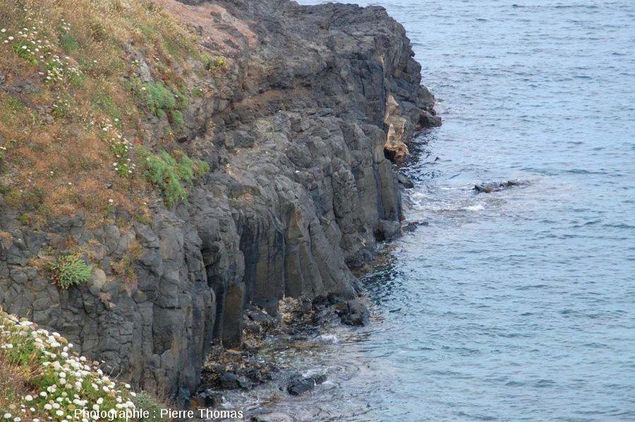 Zoom sur la coulée inférieure faite de prismes basaltiques sur la face Nord-Ouest de la Pointe Nègre, Six-Fours-les-Plages (agglomération de Toulon, Var)