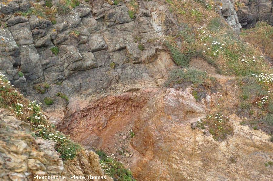 Zoom sur le contact coulée supérieure / socle hercynien, Pointe Nègre