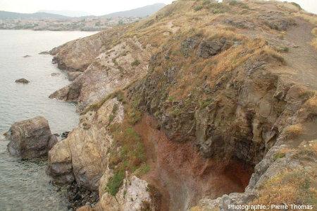 Vue d'ensemble prise en direction du Nord-Est où l'on voit bien la dualité des roches de la Pointe Nègre: basalte sur socle hercynien
