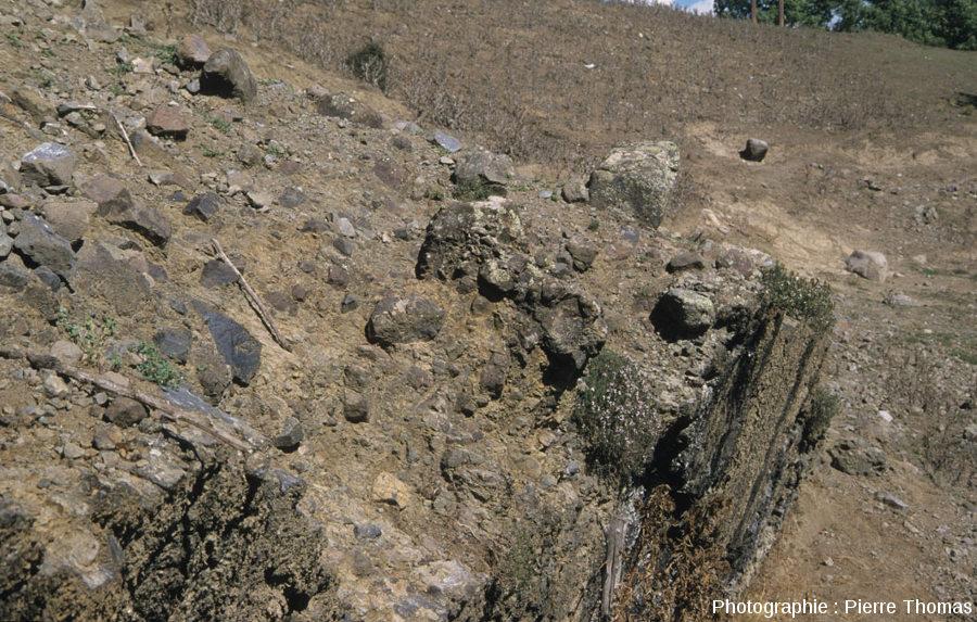 Vue sur le filon d'andésite des Beylons (Collongues, Alpes Maritimes) et sur son encaissant constitué de brèche à éléments andésitiques de grande taille