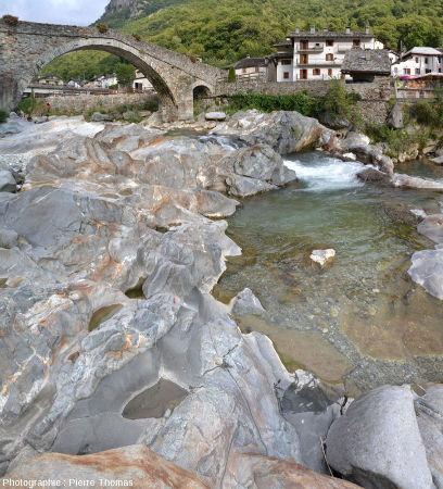 Réseau de filons d'andésite recoupant des gneiss éclogitiques de la zone Sésia, à Lillianes (Val d'Aoste, Italie), image brute