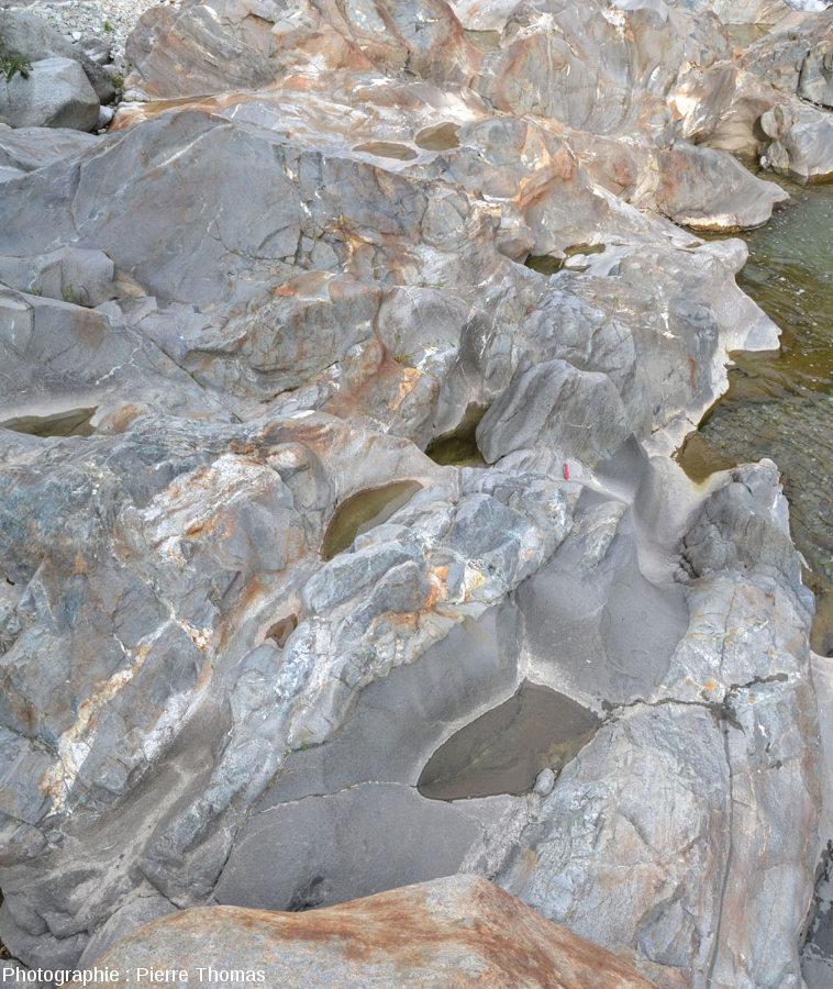 Vue d'ensemble sur le filon andésitique principal, sur la rive droite de la Lys, Lillianes (Val d'Aoste, Italie)