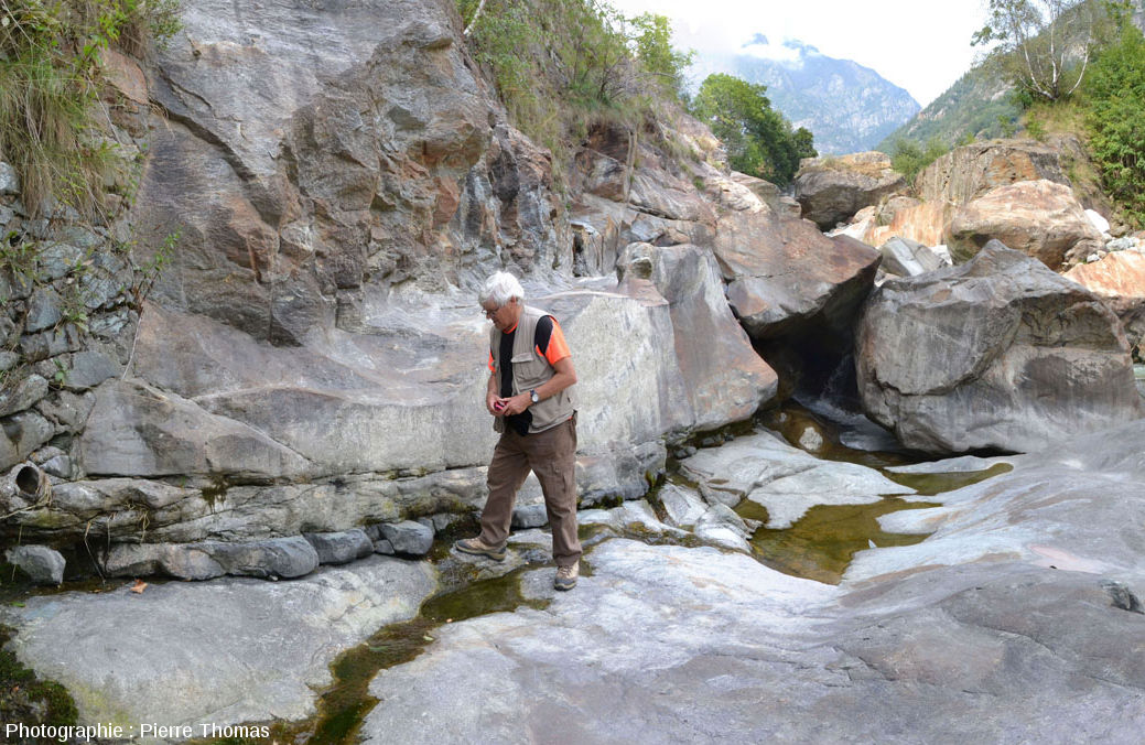 Sill d'andésite sub-horizontal injecté dans les gneiss éclogitiques dont la foliation locale est elle aussi sub-horizontale, Val d'Aoste (Italie)