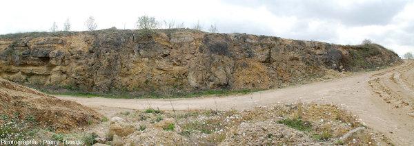 Vue d'ensemble d'une tranchée creusée pour les pistes d'exploitation de la carrière du Mont libre (Gannat, Allier)