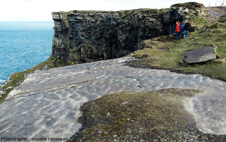 Dalle de grès au sommet des falaises de Moher (Irlande)