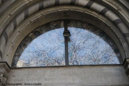 Vitrail en agate situé du côté oriental, au-dessus de la portée d'entrée, de la cathédrale (Grossmünster) de Zurich, vu de l'extérieur