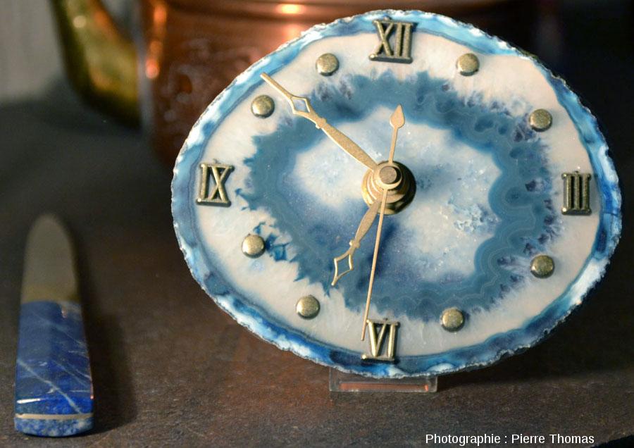 Exemple d'objet en agate artificiellement colorée en bleu: petite horloge montée sur une tranche d'agate