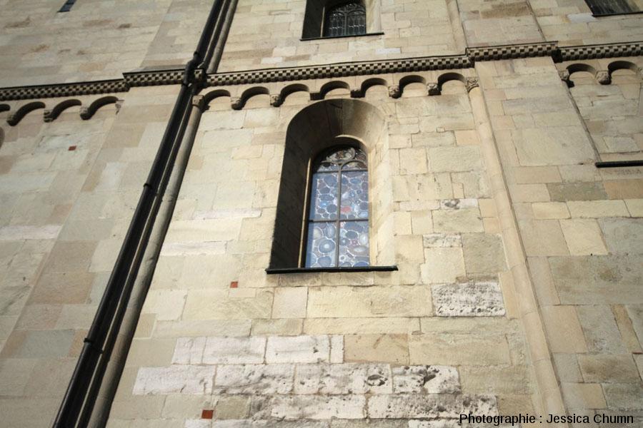 """Zoom """"extérieur"""" sur un vitrail d'agate situé sur le côté Sud-Ouest du Grossmünster de Zurich"""