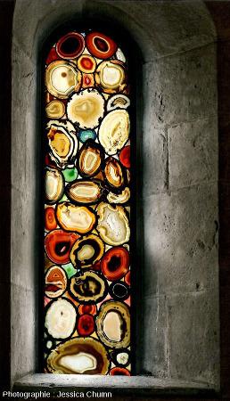 Vue depuis l'intérieur (et depuis l'extérieur, figure suivante) d'un autre des sept vitraux en agate du Grossmünster de Zurich