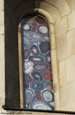 Vue depuis l'extérieur (et depuis l'intérieur, figure suivante) d'un autre des sept vitraux en agate du Grossmünster de Zurich