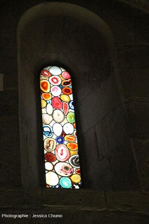 Vue intérieure d'un autre vitrail en agate du Grossmünster de Zurich