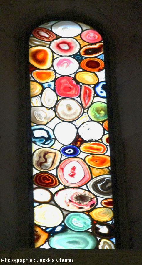 Vue intérieure rapprochée d'un autre vitrail en agate du Grossmünster de Zurich