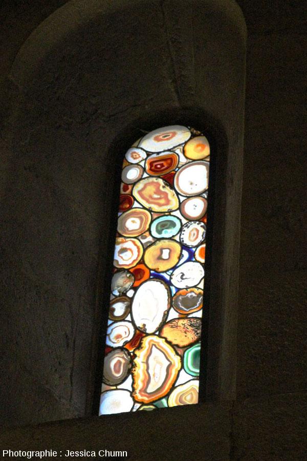 Vue d'un des vitraux en agate du Grossmünster de Zurich