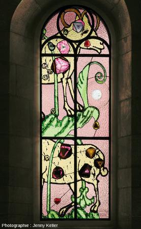 Le «bouc émissaire» (der Sündenbock) de Sigmar Polke, vitrail en verre coloré incrusté de tranches fines de tourmaline