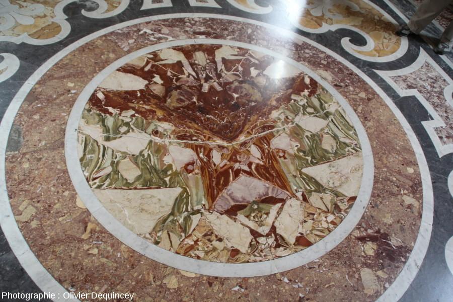 Marbres polychromes recouvrant le sol d'une salle des musées du Vatican