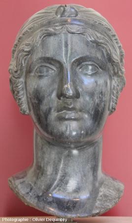 Tête féminine en marbre noir (Pallazzo Massimo, Rome)