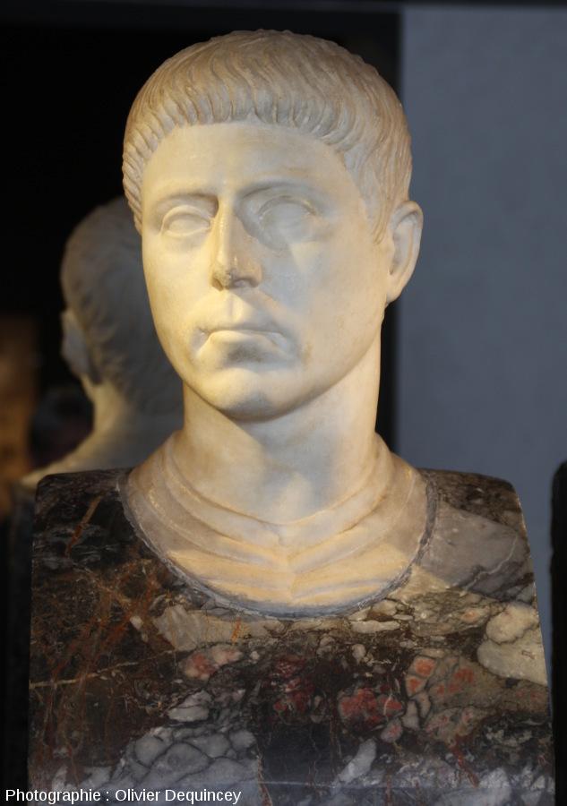 Buste masculin mêlant tête en marbre blanc et torse en brèche colorée (Pallazzo Massimo, Rome)