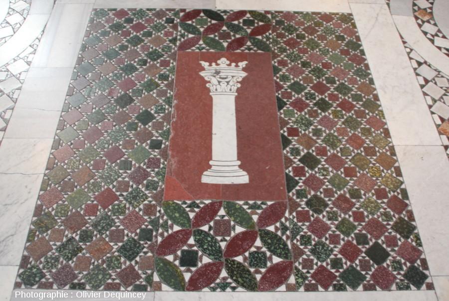 Pavement en mosaïques de marbres colorés, basilique Saint Jean de Latran