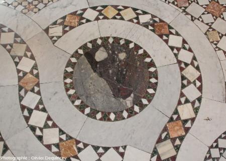 Pavement à mosaïques et enroulements autour d'un disque en brèche polychrome, basilique Saint Jean de Latran