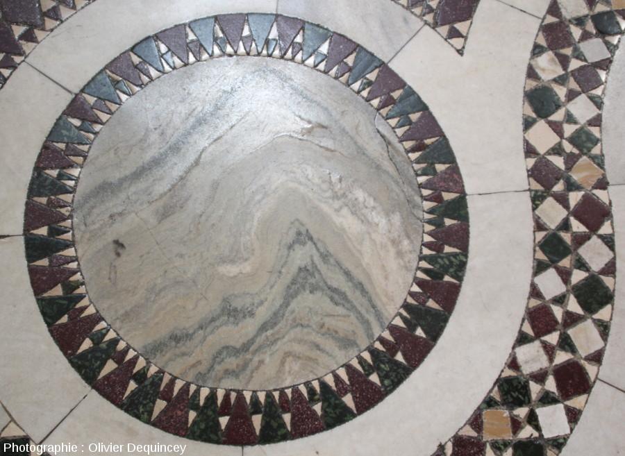 Pavement à mosaïques et enroulements autour d'un disque en marbre (au sens géologique) à schistosité replissée, basilique Saint Jean de Latran