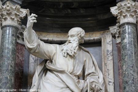 Statue de Saint Thomas prêchant devant des colonnes de marbre rouge et de serpentinite, basilique Saint Jean de Latran