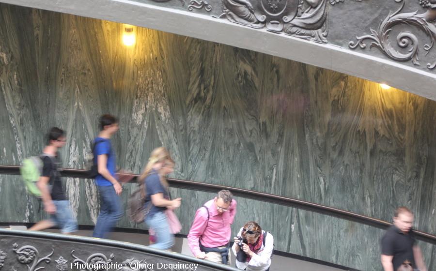 Murs de calcaire vert métamorphisé dans un escalier des musées du Vatican