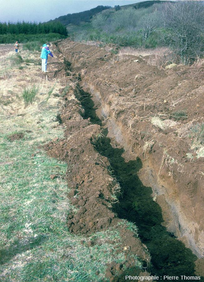 Tranchée creusée vers 1995 pour la clôture du site qui va ouvrir aux touristes l'année suivante, Puy de Lemptégy