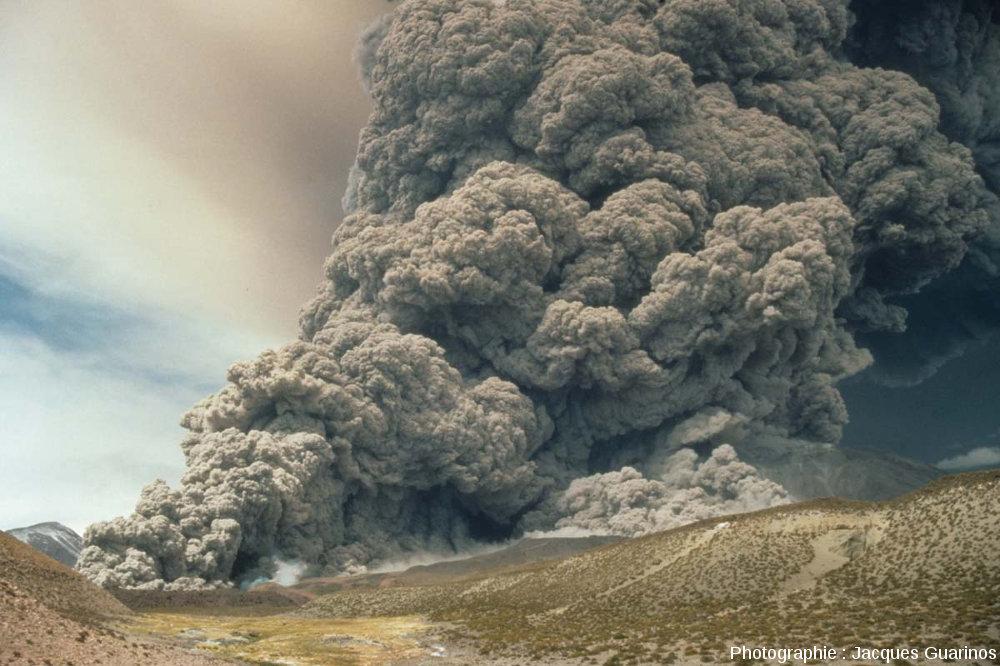 Image contemporaine de ce à quoi pouvait ressembler les explosions du Puy Chopine il y a 9720 ans, à la végétation près, Lascar (Chili)
