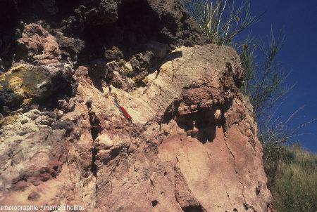 Affleurement montrant lesstries engendrées par la progression de la coulée et de sa base scoriacée sur les sédiments argilo-sableux oligocènes en train de se faire métamorphiser, Hauts de Boisséjour