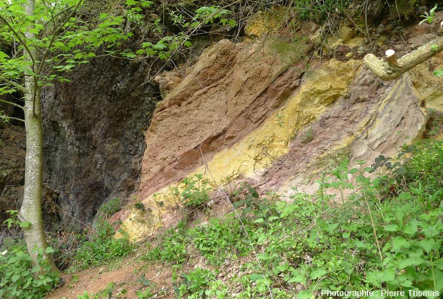 Alternances argilo-sableuses plus ou moins thermométamorphisées encore bien visible en 2013 (elles l'étaient encore en 2016)