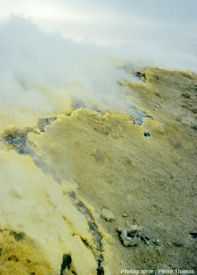 Une fumerole sur le Vulcano (Iles Éoliennes, Italie) avec d'importants dépôts de soufre autour des points et fissures de sortie